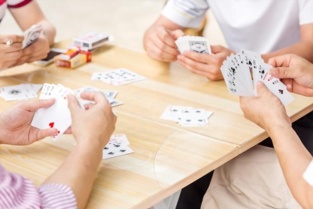 Mỗi người được chia 13 lá để bắt đầu trò chơi